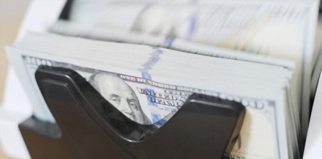 Instale uma máquina de contagem de notas de dinheiro