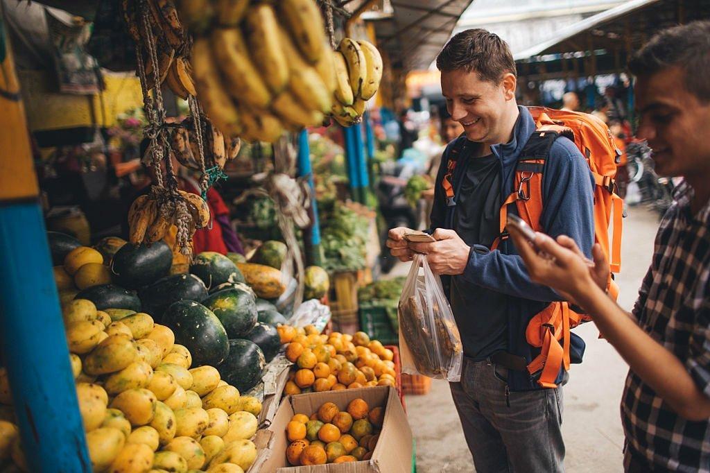 Economize dinheiro com comida nas viagens