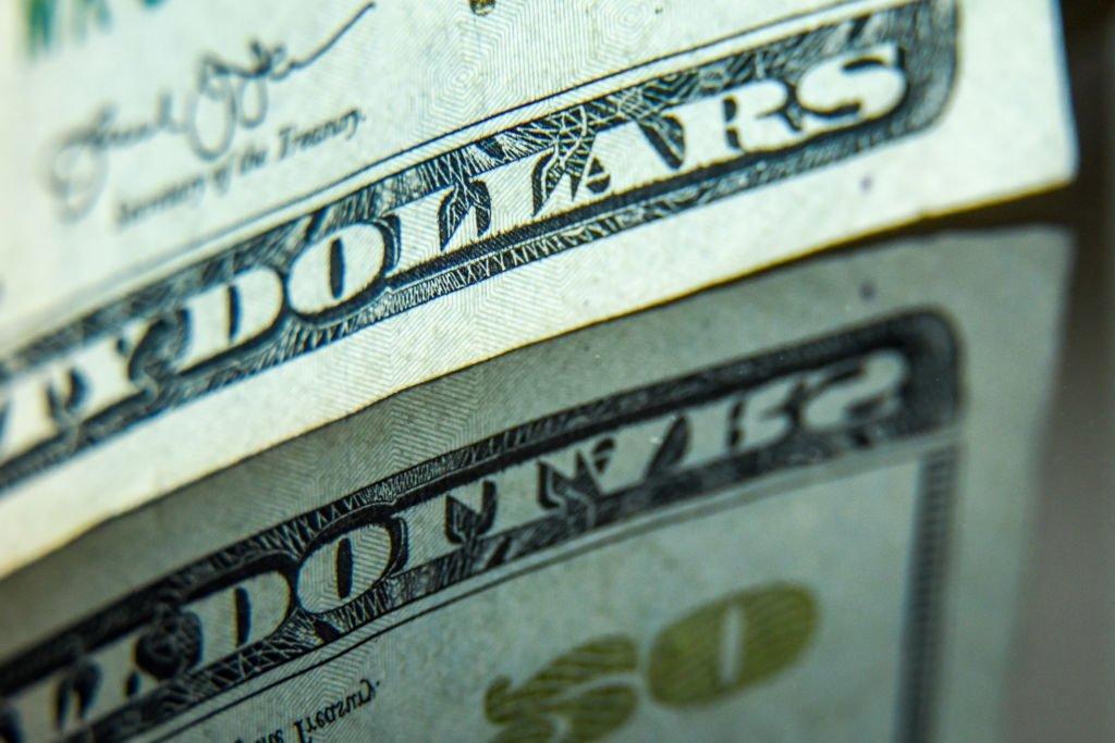 Como a taxa de juros afeta o dólar?